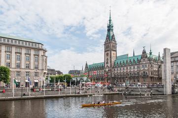 Hamburg Rathaus mit Rathausmarkt und Fleet