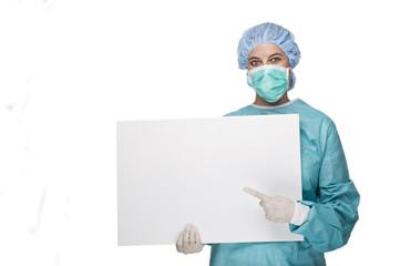 OP Ärztin mit Schutzkleidung und Werbeplakat
