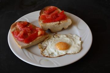 plato, huevos fritos, tostadas, tomate, comida