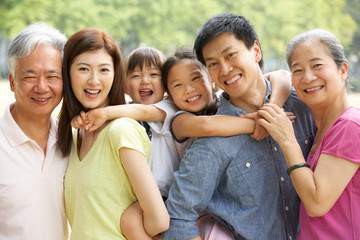 Portrait Of Multi-Generation Chinese Family Relaxing In Park Fototapete