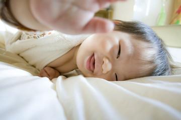 元気に寝転ぶ赤ちゃん