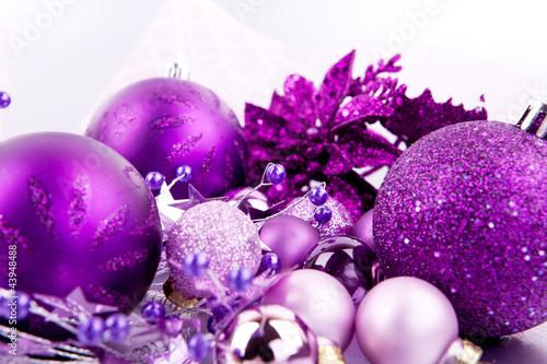 festlicher weihnachtsschmuck mit lila christbaumkugeln auf silbe stockfotos und lizenzfreie. Black Bedroom Furniture Sets. Home Design Ideas