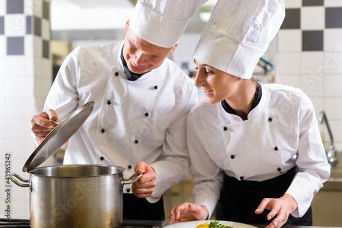 Zwei k che im team in restaurant k che stockfotos und for Cocinar para 40 personas