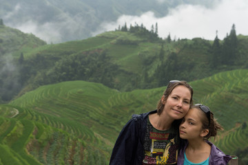 mère et fille dans les rizières d'Asie