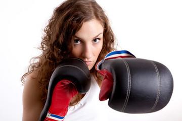 Junge Frau macht Boxtraining