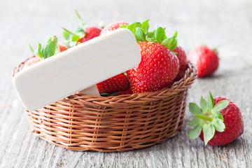 Erdbeeren mit Schild