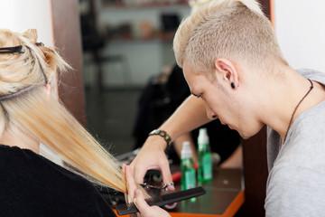 friseur schneidet einer kundin haare