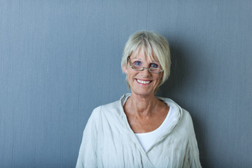 moderne seniorin mit brille