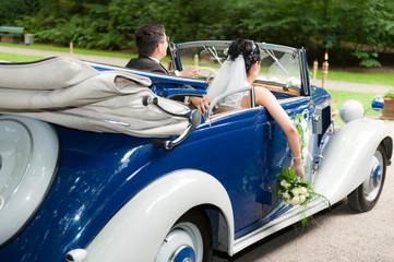 brautpaar sitzt im hochzeitsauto