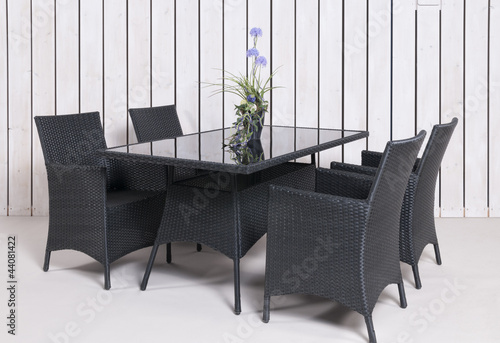 rattan gartenm bel 4 st hle 1 tisch in anthrazit mit topfpflan stockfotos und lizenzfreie. Black Bedroom Furniture Sets. Home Design Ideas