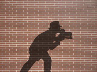 ombre de photographe sur briques rouges