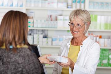 freundliche apothekerin verkauft medikament