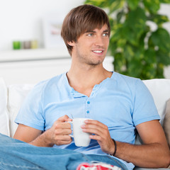 entspannter mann mit kaffeetasse