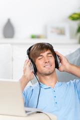 mann entspannt mit musik