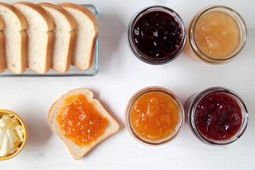 confettura di frutta con pane tostato su tavolo