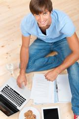 student lernt zu hause
