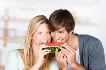verliebtes paar isst melone