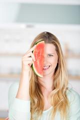 frau mit einem stück melone