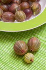 Stachelbeeren im grünen Teller