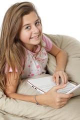 Jeune fille surfant sur internet