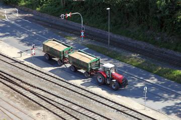 Traktor mit beladenen Anhängern