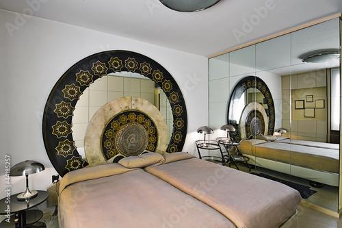 Camera da letto con mobili di modernariato immagini e for Mobili modernariato