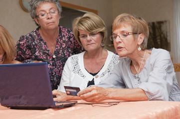 Senior - femmes utilisant un ordinateur en groupe