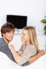 junges paar mit fernsehen auf dem sofa
