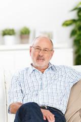 entspannter älterer mann auf dem sofa
