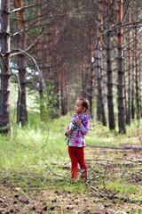 Девочка в лесу с букетом полевых цветов