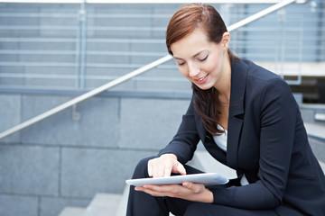 Urbane Geschäftsfrau mit Tablet Computer