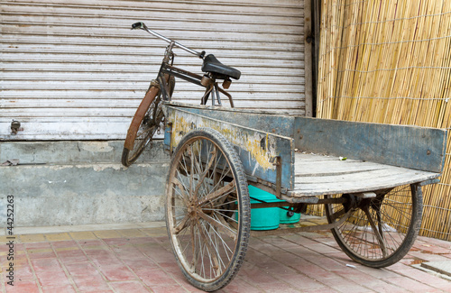 altes fahrrad mit anh nger in delhi indien stockfotos. Black Bedroom Furniture Sets. Home Design Ideas