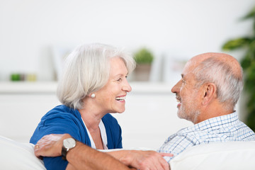 lachendes älteres paar schaut sich an