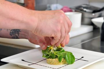 Koch beim anrichten  Bilder und Videos suchen: