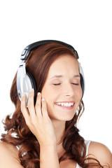 lachende frau hört musik mit geschlossenen augen