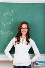mathe-lehrerin steht vor der tafel