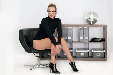 leicht bekleidete Bürofrau