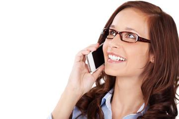 lächelnde frau telefoniert mit handy