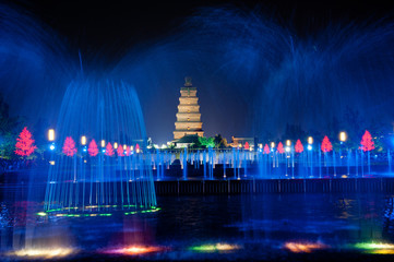 Ingelijste posters Xian Illuminated water show at 1300-year-old Big wild goose pagoda