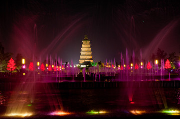 Foto auf Acrylglas Xian Illuminated water show at 1300-year-old Big Wild Goose Pagoda