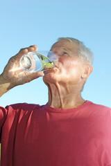 Senior trinkt ein Glas Wasser