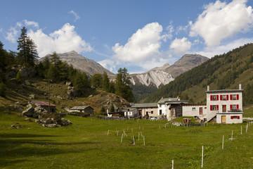 Berge in den Alpen mit Steinhaus im Engadin