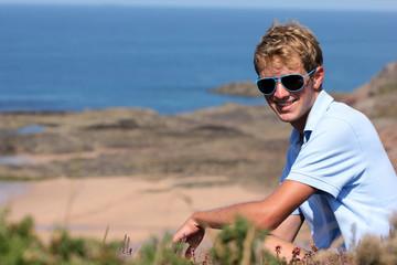 Jeune homme blond dans la nature