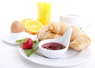 französisches Frühstück mit croissant und Marmelade isoliert