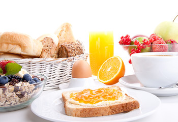 frisches Frühstück mit toast, marmelade, Saft und Ei isoliert
