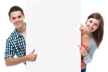 Teenagers mit Werbeschild