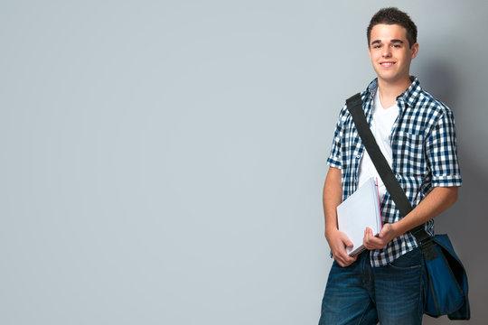 Teenager mit Schultasche