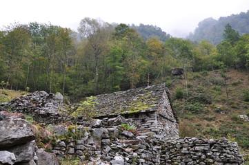 Steinhaus mit Steinmauer im Verzascatal, Tessin