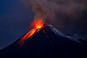 Foto op Plexiglas Vulkaan Tungurahua Volcano eruption with blue skies and lava