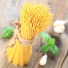 Spaghetti mit Knoblauch und Basilikum